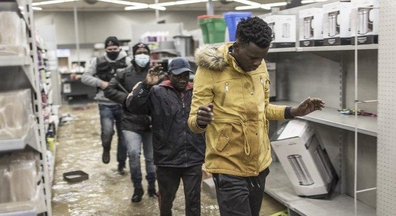 Suspeitos de saque são presos em um mercado em Vosloorus, no sul de Johannesburgo