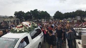 __Revolta e comoção marcam enterro de Ághata no Rio__ (Record TV)