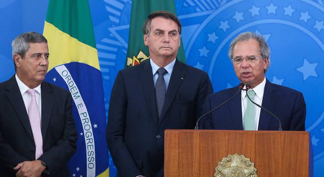 Bolsonaro discute com Guedes e Braga Netto prorrogação do auxílio emergencial