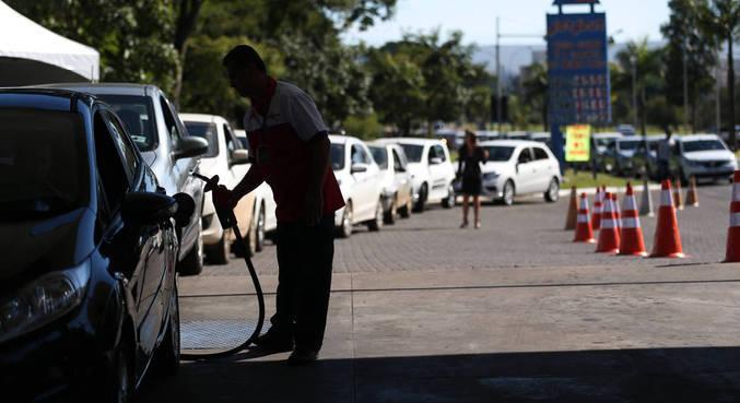 Preço do litro da gasolina no Brasil varia de R$ 4,990 a R$ 7,189