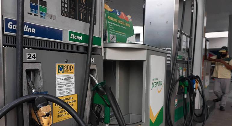 © Fernando Frazão/Agência Brasil Economia Postos de gasolina no Rio de Janeiro exibem o preço do combustível  Publicado em 06/05/2020 08:27  Foto: Fernando Frazão/Agência Brasil  Local: Rio de Janeiro-RJ