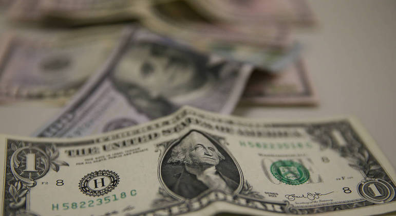 Dólar cedia terreno contra os reais nos primeiros negócios desta terça-feira (01)