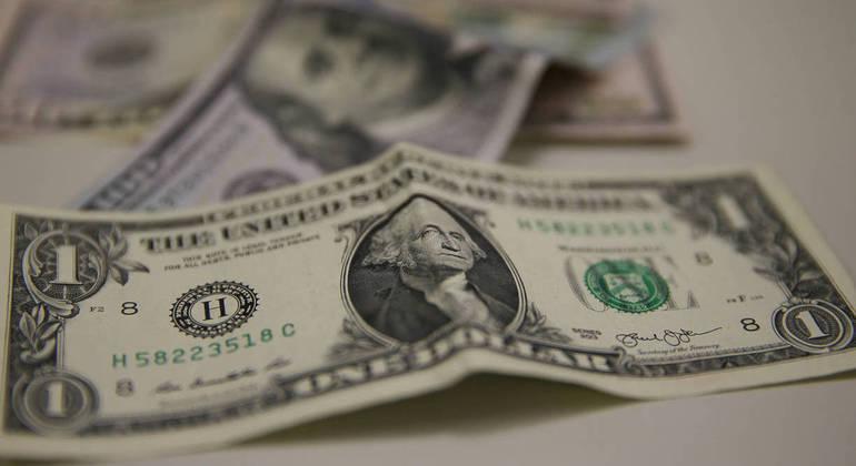 Dólar comercial fechou a sexta-feira (21) vendido a R$ 5,353, com alta de R$ 0,076