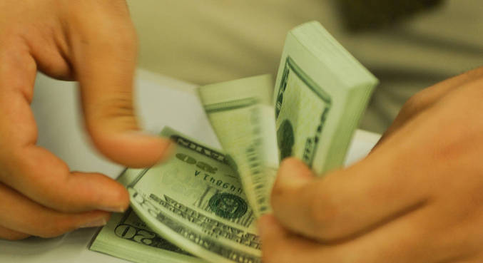Dólar abre em alta contra o real nesta segunda-feira (17)
