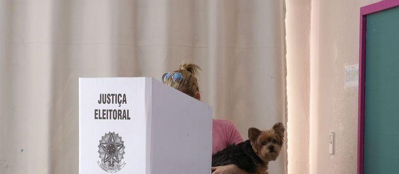 Eleitores votam no segundo turno das eleições