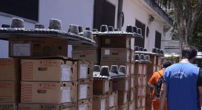 Urnas são transportadas para locais de votação em todo o país