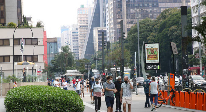 Movimento de pessoas na avenida Paulista durante a fase vermelha da pandemia
