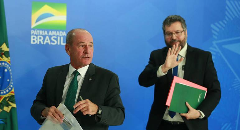 Os agora ex-ministros da Defesa, Fernando Azevedo e Silva, e das Relações Exteriores, Ernesto Araújo