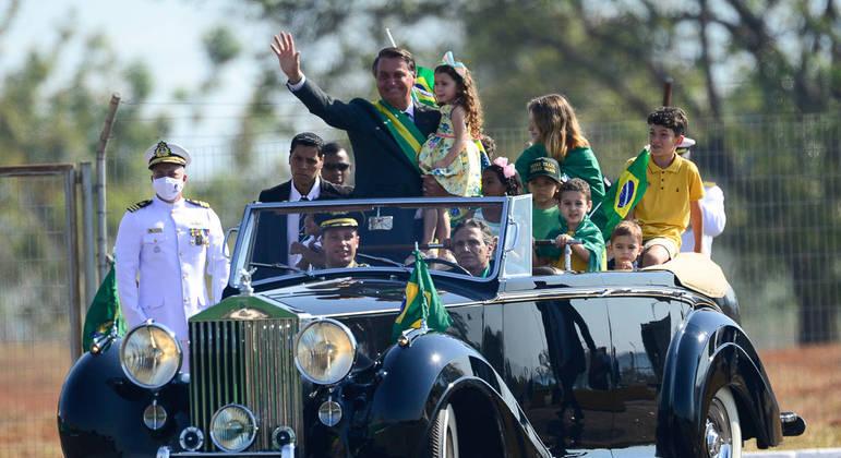 O presidente Jair Bolsonaro chega à cerimônia comemorativa pelo 7 de Setembro, no Palácio da Alvorada, em carro conduzido pelo ex-piloto de Fórmula 1 Nelson Piquet