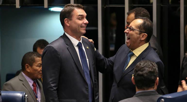 Senadores Flávio Bolsonaro e Jorge Kajuru durante sessão de posse dos novos senadores, em 2019