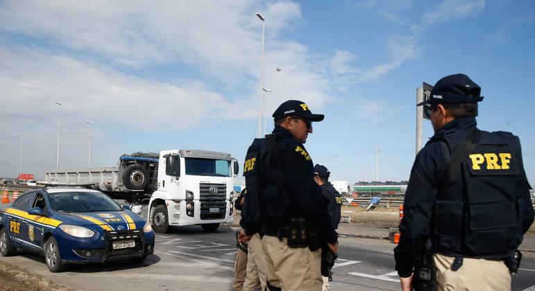 Equipe da PRF prende homens que transportavam 300 quilos de maconha para SP