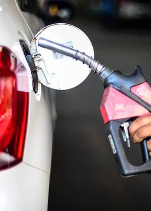 Abastecer 100 litros de gasolina custa mais de 50% do mínimo