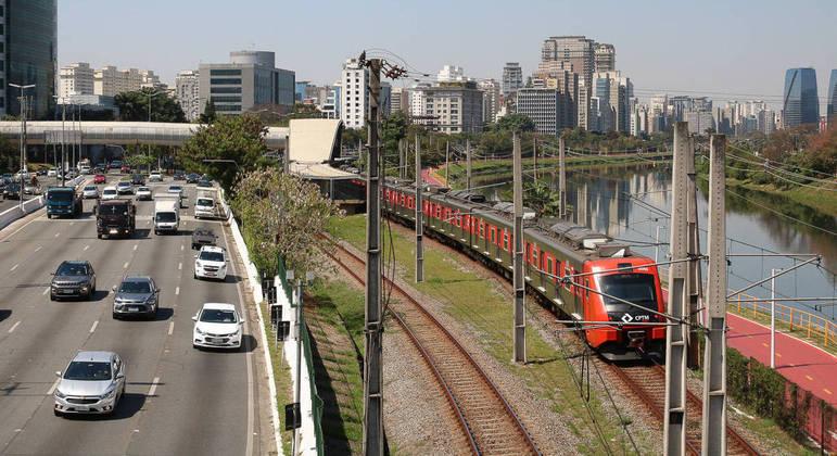 Trens, ônibus e metrôs vão operar de forma diferenciada neste feriado