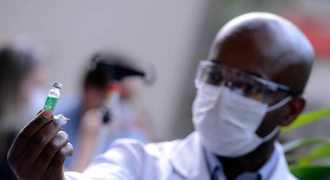 Servidor da Fiocruz prepara vacina de Oxford/AstraZeneca