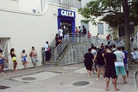 Agência da Caixa no Rio teve extensa fila nesta terça (7)