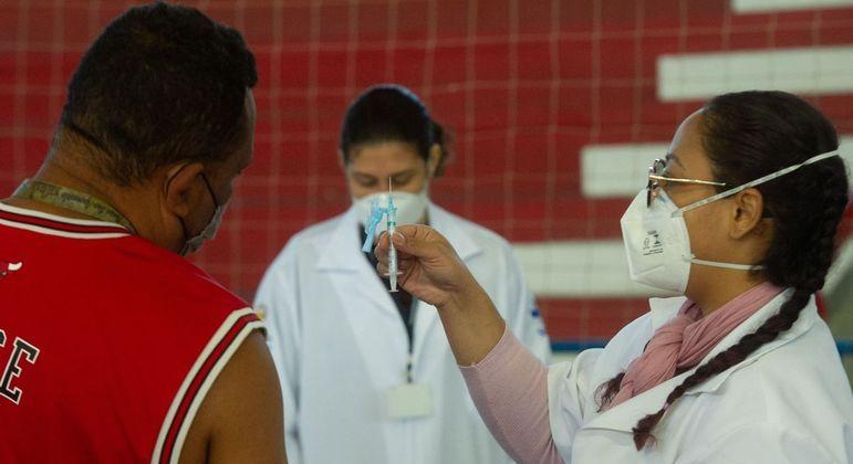 Movimento em posto de vacinação contra a covid no Ginásio Tesourinha, em Porto Alegre (RS)