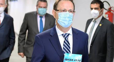 Carlos Wizard exibe trecho bíblico na chegada à CPI