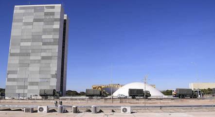 Desfile militar ocorreu pelas ruas de Brasília