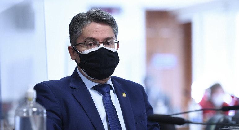 Senador cobra ministério por bloqueios do auxílio emergencial
