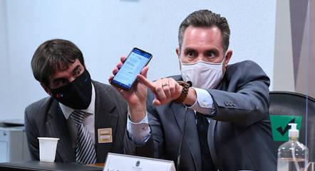 Dominguetti Pereira exibe no celular áudio que seria de Miranda
