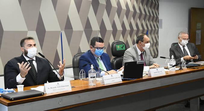 Sessão esvaziada começou com recusa do relator Renan Calheiros em fazer perguntas