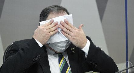 À mesa da CPI, ex-ministro Eduardo Pazuello