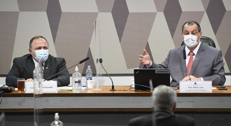 O ex-ministro Eduardo Pazuello ao lado do presidente da CPI, Omar Aziz