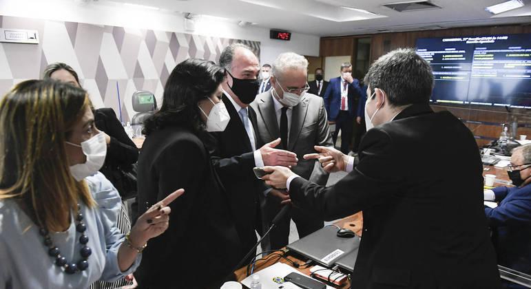 No centro da imagem senadores do MDB: Simone Tebet, Fernando Bezerra Coelho e Renan Calheiros