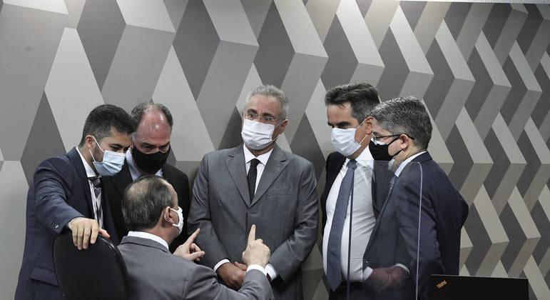 Conversa entre senadores ao lado da mesa da CPI atrasou abertura da sessão desta quarta