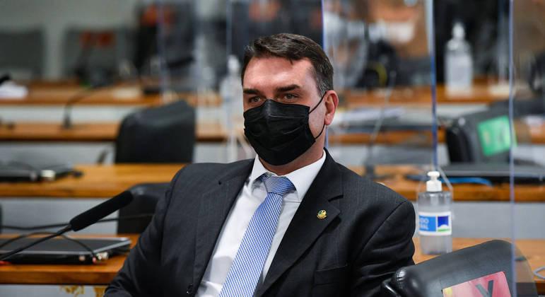 À bancada, senador Flávio Bolsonaro (Patriota-RJ)