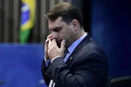 Defesa de Flávio tenta paralisar a investigação no MP