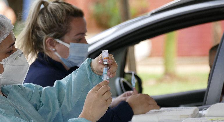 Vacinação contra a covid-19 em drive-thru montado em Brasília