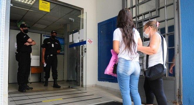 Beneficiários vão a agência de Campinas após reabertura autorizada pela Justiça