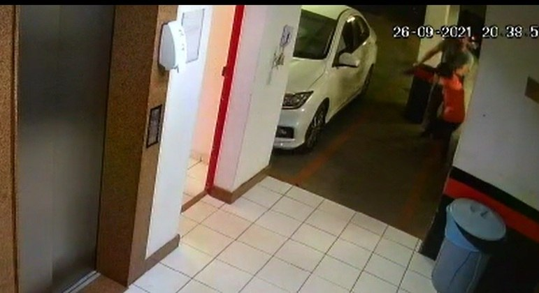Agente é filmado agredindo criança com chinelada
