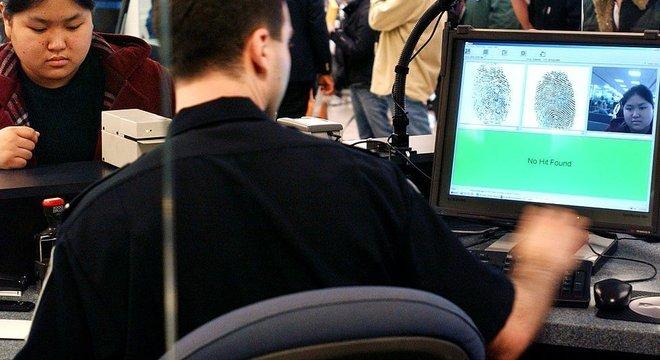 Em muitos países, como os EUA, os agentes de fronteira verificam as impressões digitais dos viajantes antes de permitir sua entrada no país