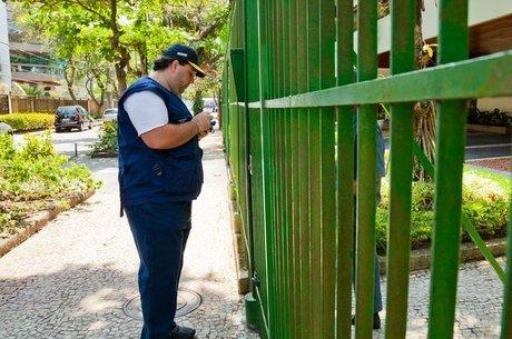 Agente do IBGE em campo; Censo de 2020 pode sofrer cortes orçamentários