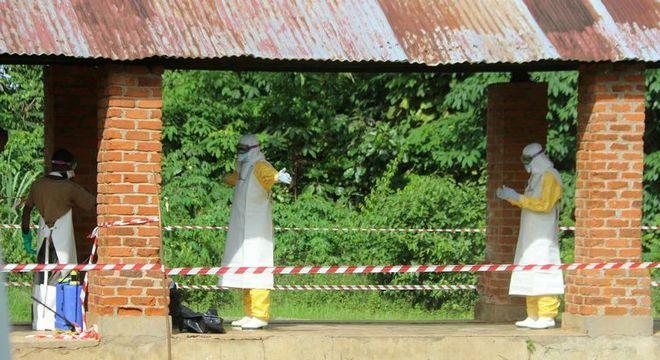 Agentes de saúde trabalham no controle de ebola no Congo