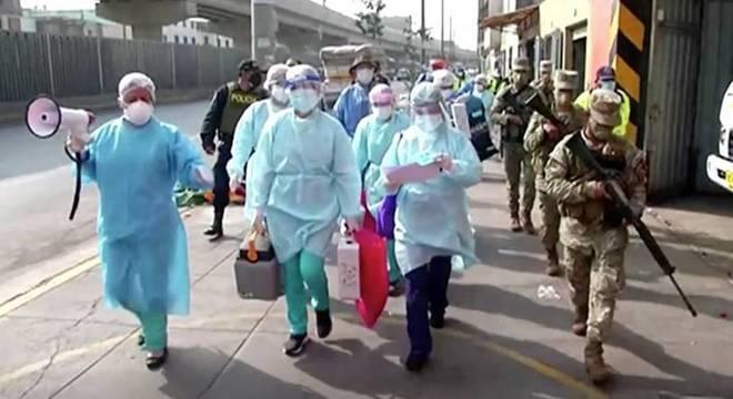 Agentes de saúde escoltados vacinaram moradores do bairro onde caso apareceu