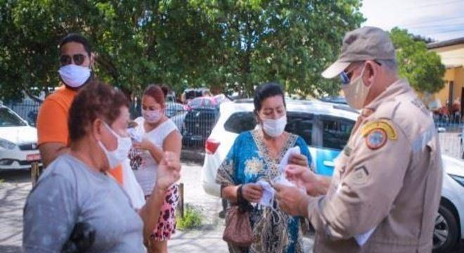 Agentes e fiscais da Polícia Militar, Corpo de Bombeiros e Vigilância abordam pedestres e comerciantes no entorno do TI Afogados, na Zona Oeste da capital pernambucana.