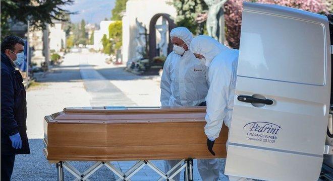 Agentes funerários correm risco de infecção e, em breve, podem lhes faltar equipamentos de proteção