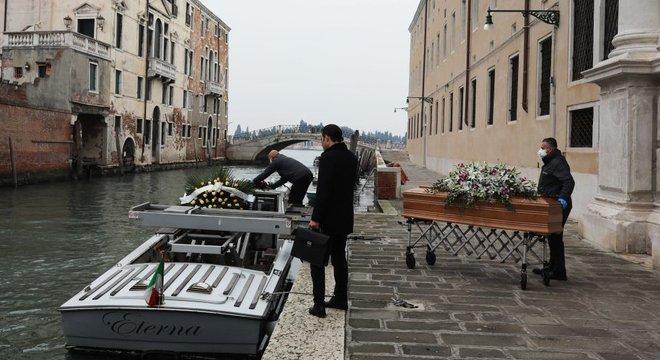 As mortes ultrapassaram a capacidade das agências funerárias na Itália