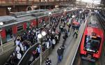 Os passageiros do transporte público reclamaram das aglomerações registradas nas estações e trens desde o início da manhã. Inconformados, alguns gravaram em vídeo a situação enfrentada no horário de pico, durante a ida ao trabalho. Até mesmo o serviço 710, que liga as linhas 7 e 10 da CPTM, foi temporariamente interrompido