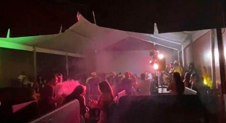 Estabelecimento promovia show com quase 180 pessoas na zona leste de SP