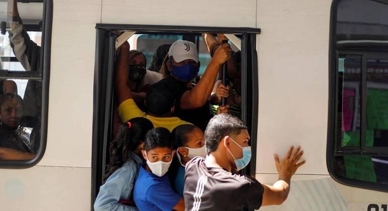 Quarentena de Covas contribuiu para superlotar o transporte público, maior disseminador de infecção