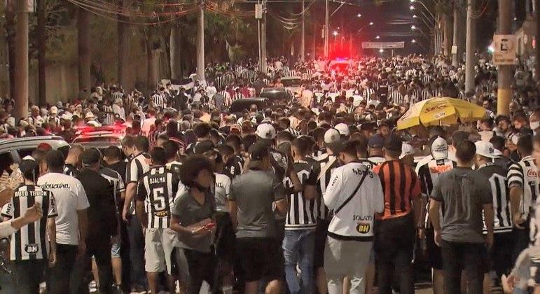 Cenas de torcedores aglomerados foram registradas fora do estádio