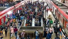 Passageiros se aglomeram por falta de opção e pedem mais proteção