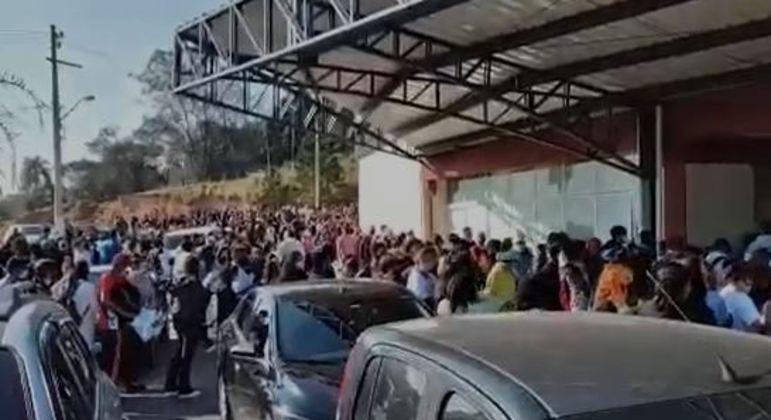 Aglomeração em ponto de vacinação em Itapecerica da Serra (SP)