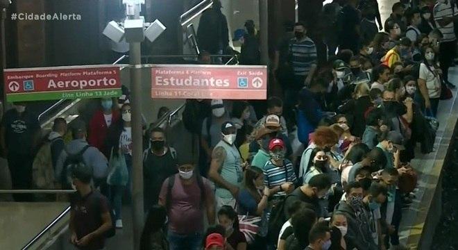 Passageiros aglomerados no final da tarde desta quarta-feira (13)