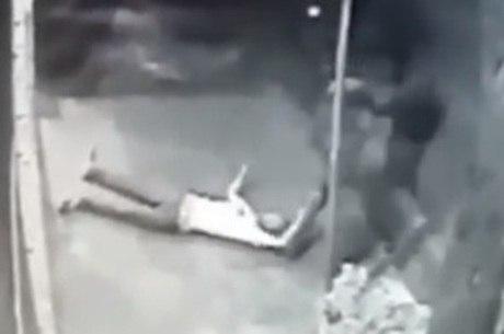 Imagem mostra jovem agredido por moradores de rua