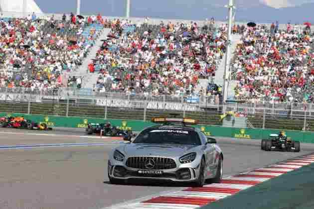 Agora também existe o VSC, ou safety car virtual, onde o carro não entra na pista e os pilotos diminuem a velocidade
